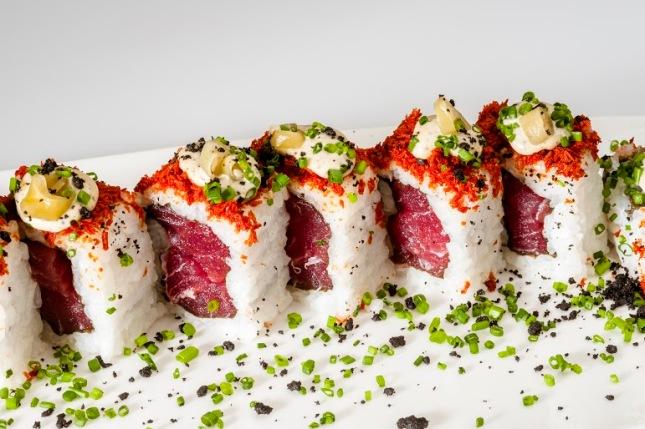 Oribu Gastrobar_Futomaki de atún rojo, tomate lio, mayonesa de aceitunas negras y piparras vascas