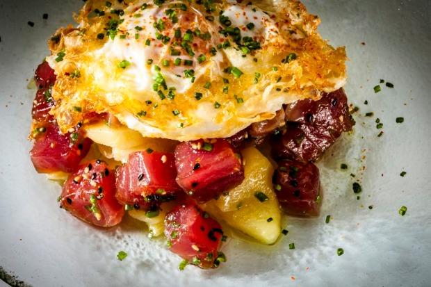 Oribu Gastrobar_Los huevos rotos de corral con patatas confitadas y atún rojo