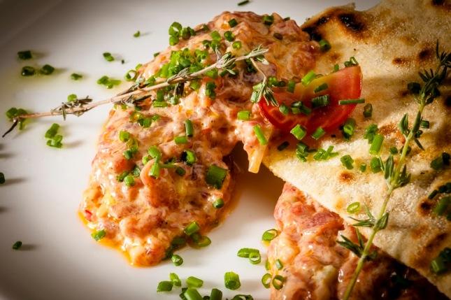 Oribu Gastrobar_Tartar de atún rojo, limas, mayonesa de chipotle y regañas (2)